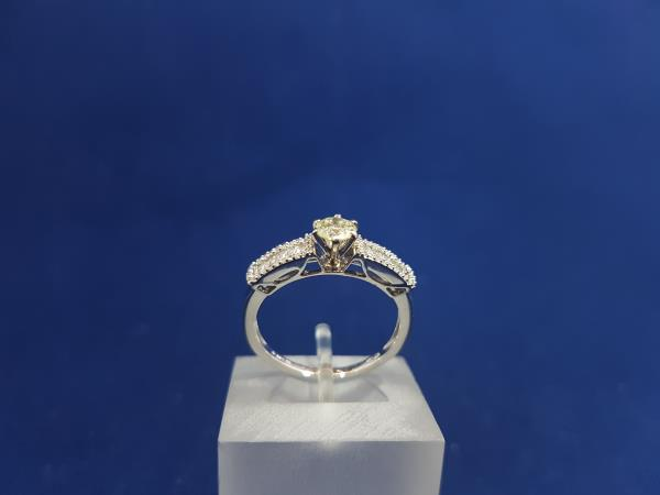 Anello 18 Kt con diamanti naturali
